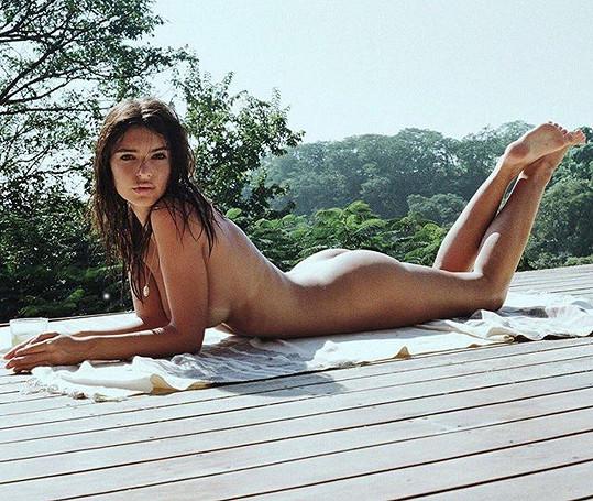 Emily už je zase nahá.