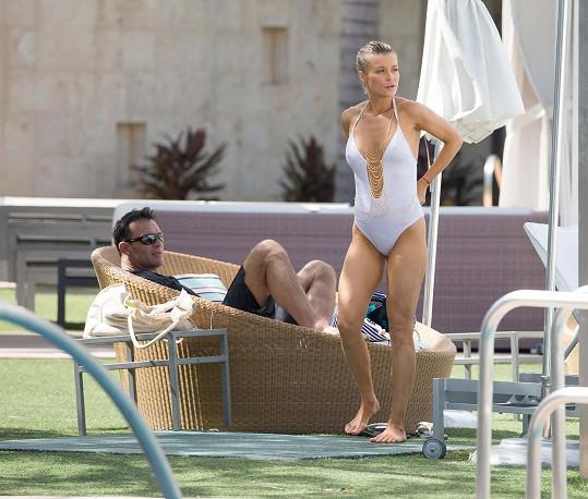 S manželem si užívá v Miami.