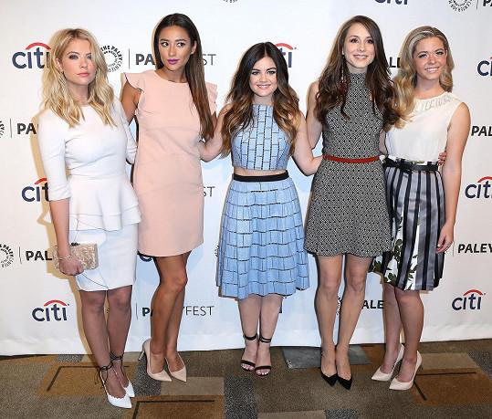 Sasha s kolegyněmi ze seriálu Prolhané krásky. Zleva: Ashley Benson, Shay Mitchell, Lucy Hale, Troian Bellisario a Sasha.
