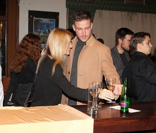 V baru si herec se svou novou lásku dali sklenku vína a vyrazili na premiéru filmu.