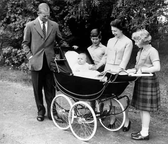 V Balmoralu s manželkou a dětmi Charlesem, Annou a Andrewem