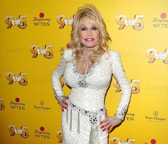 Dolly se přišla podívat na premiéru muzikálu Od 9 do 5.
