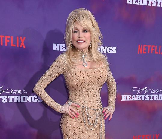 Dolly má na svůj věk opravdu krásnou postavu.
