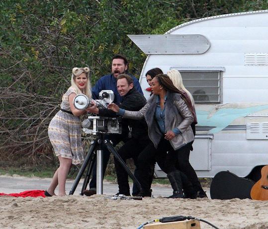 Tori Spelling a Dean McDermott s kolegy při natáčení 'akční' scény...