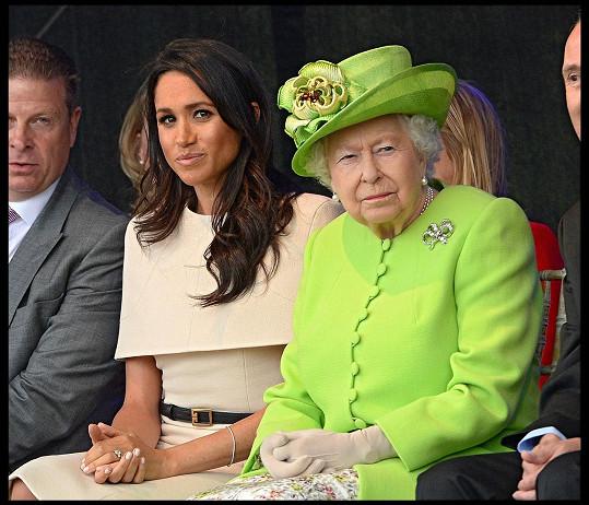 Na královnu pěla samou chválu.