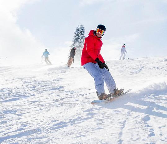 Jakub Prachař brázdil sjezdovku v Peci pod Sněžkou. Agáta jela hned za ním.