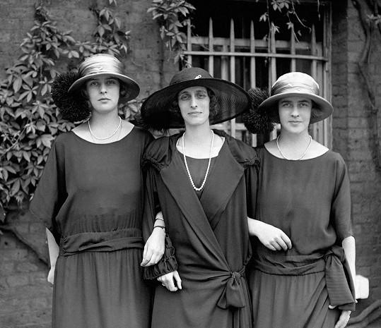 Lady Louise Mountbatten (uprostřed) se sestrami prince Philipa, princeznou Theodorou (vlevo) a princeznou Margaritou