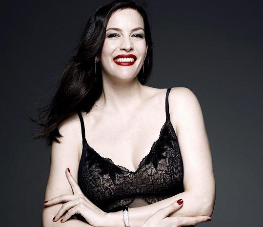 Je dobře, že tak krásná žena, jakou Liv je, nabídku předvádět tohle krásné prádlo právě na svém těle přijala.