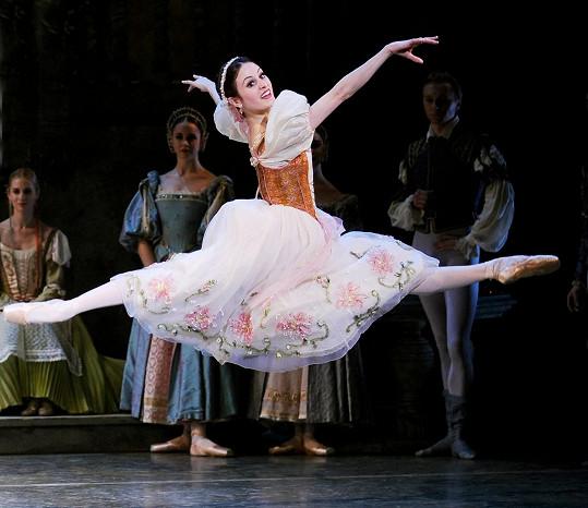Jako baletka je velmi ohebná.