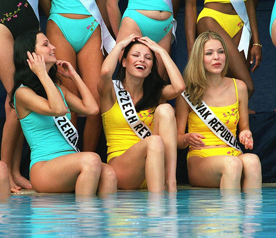 Jitka Kocurová v roce 2000 na Miss Universe (uprostřed). Tehdy byla ještě tmavovláska.