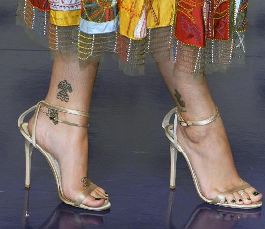 Kromě neoholeného podpaží ukázala Paris také chlupaté nohy.