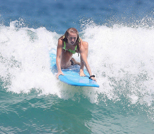 Modelka si na sociální síti pochvalovala, že jen pár minut od centra Sydney je skvělá pláž na surfování.