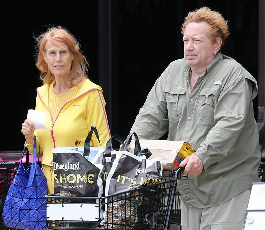 Lydon pečuje o svou ženu úplně sám.