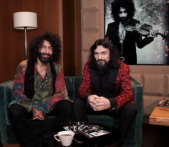 Na tiskové konferenci působili jako bratři.