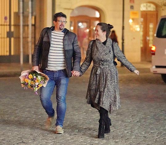 Tereza a Jakub během procházky noční Prahou debatovali a smáli se. Hledali hospodu, kde by se navečeřeli. Domů odjeli taxíkem.