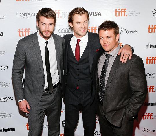 Liam (vlevo) a Chris (uprostřed) Hemsworthovi mají ještě bratra Luka.