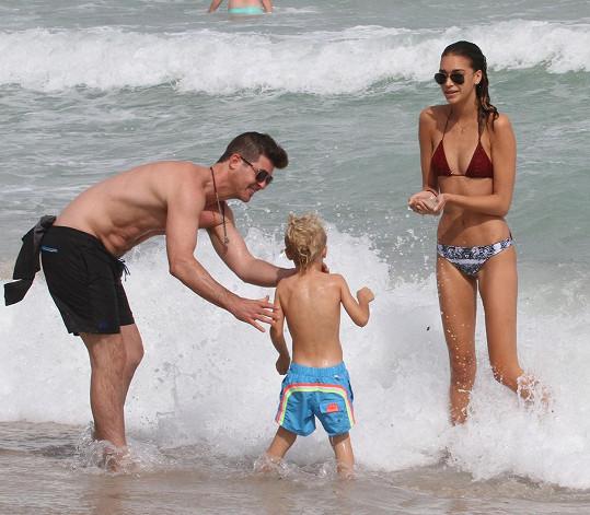 Robin Thicke vzal k oceánu přítelkyni i syna Juliana.
