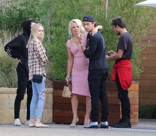 Skupinka mladých byla početná, kromě Pameliných synů (Dylan je vlevo v černém) byli k vidění i jejich kamarádi.