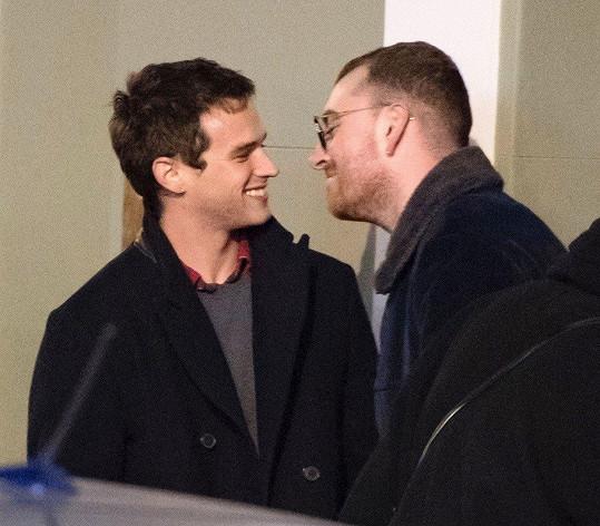 Sam Smith a Brandon tvoří zamilovaný pár.