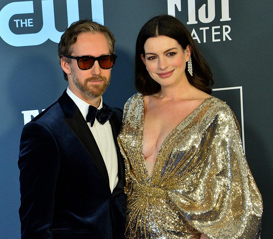 Doprovodil ji i manžel Adam Shulman.
