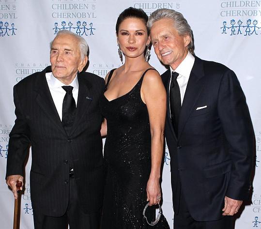 Michael Douglas a jeho žena Catherine s otcem a tchánem Kirkem Douglasem