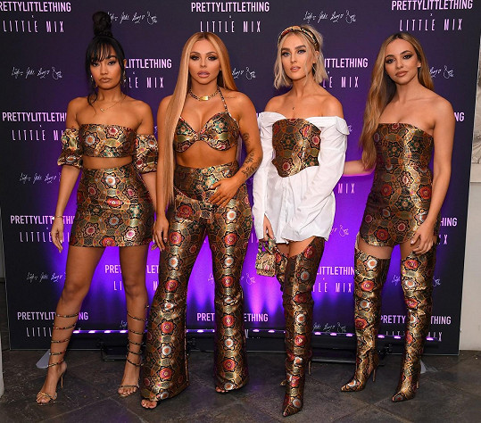 Dnes už nosí ve skupině Little Mix i ty odvážnější modely (druhá zleva).