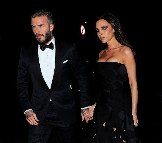 Posmutnělou manželku utěšoval manžel David Beckham.