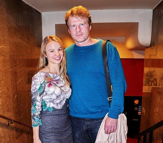 Petr Batěk si na premiéře vinul k pasu pohlednou blondýnku.