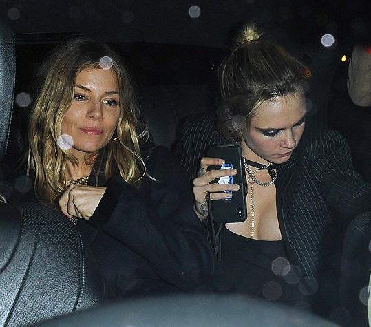Cara s kamarádkou Siennou Miller.