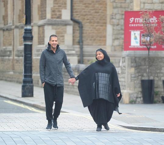 Janet s manželem během procházky Londýnem
