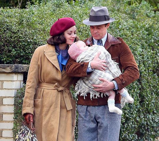 Brad Pitt a Marion Cotillard ve filmu Allied (Five Seconds of Silence)