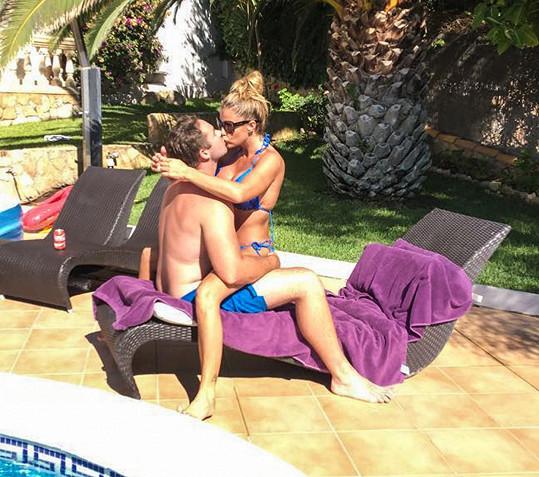 Katie s manželem Kieranem krizi ustáli. Takhle se na sebe nedávno vrhali na dovolené na Ibize.