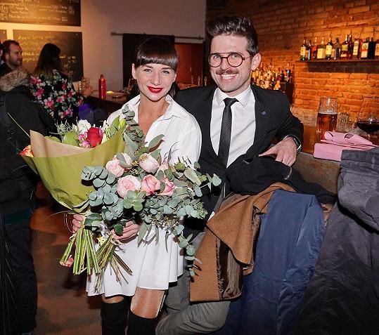 Sandru po představení potěšil kyticí její partner Vojtěch Moravec.