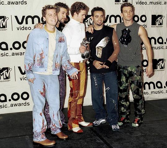 Chlapci z NSYNC v bláznivých modelech na MTV Video Music Awards v roce 2000.