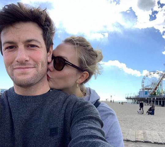 Karlie a Josh se těší na prvního potomka.