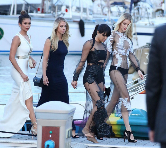 Na hercův večírek vyrazily mnohé krásky včetně Michelle Rodriguez (druhá zprava) nebo Niny Dobrev (vlevo).