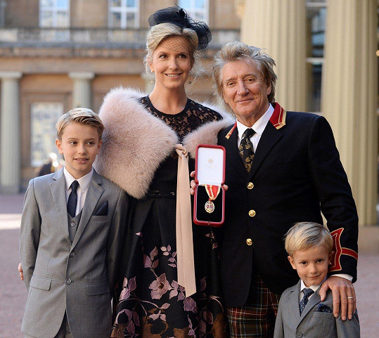 Rod Stewart se současnou manželkou Penny Lancaster-Stewart a jejich dvěma syny.