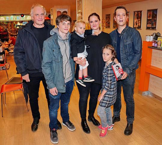 Natálie Kocábová s rodinou, otcem Michaelem Kocábem, syny Vincentem a Elliotem, dcerou Miou a manželem Milošem Hoffmannem, na křtu knihy Nepatrně smutná žena