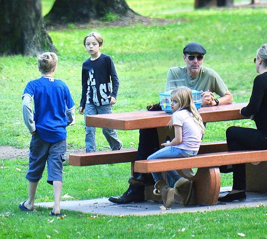 O děti se nyní na plný úvazek stará strýček James - bratr Jolie.