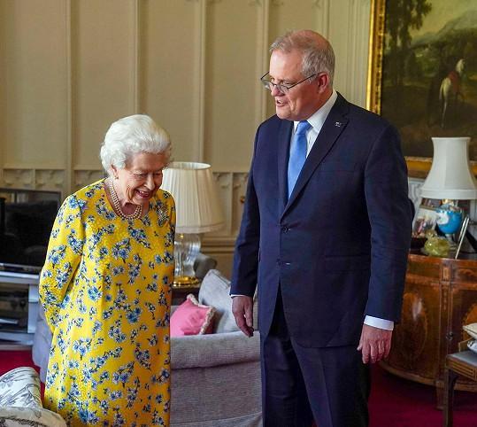 I zářivě žluté šaty se vzorem na sebe 95letá panovnice oblékne. Na snímku s australským premiérem Scottem Morrisonem.