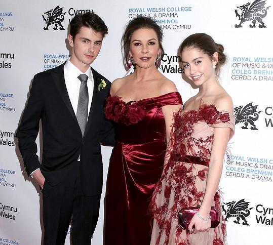 Catherine Zeta-Jones s dětmi. Starší už vyletělo z hnízda, mladší bude zřejmě následovat.