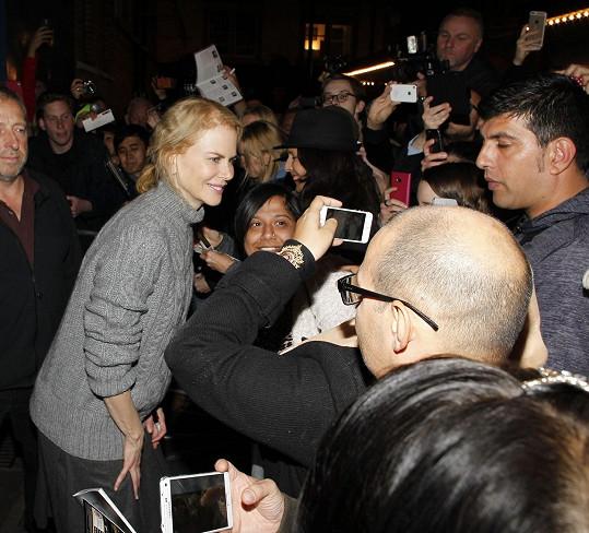 Nicole Kidman před londýnským divadlem