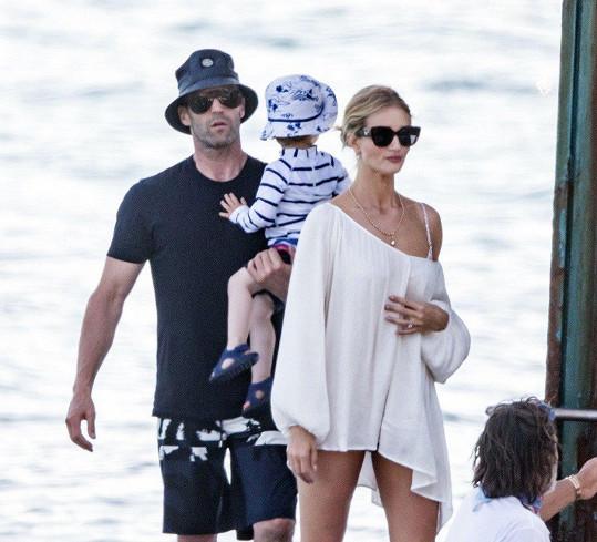 Se snoubencem Jasonem Stathamem a synem Jackem si užívají dovolenou.
