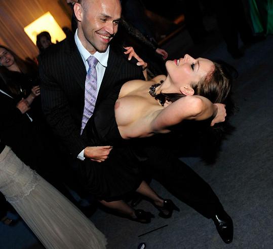 Viděli jste někdy smyslnější nehodu na tanečním parketě?