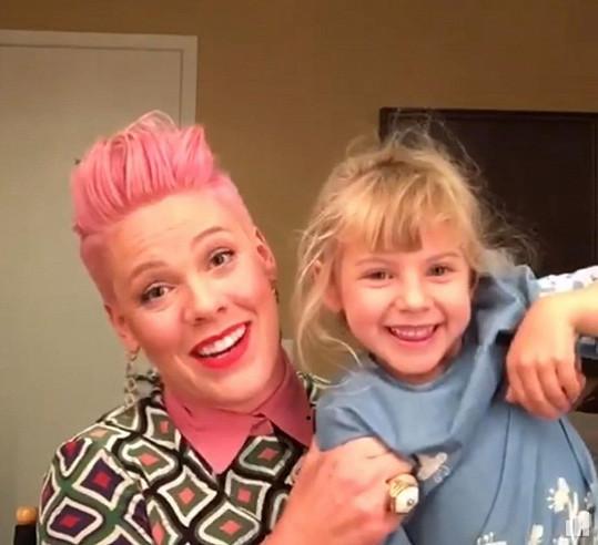 Pink je netradiční maminka.