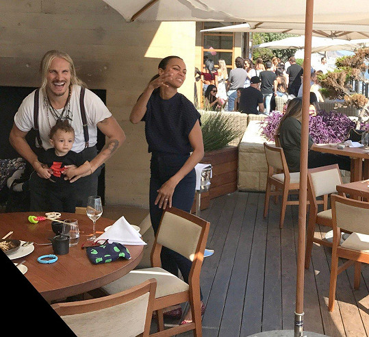 Herečka Zoe Saldana (39) se setkala s manželem v restauraci na společném obědě.