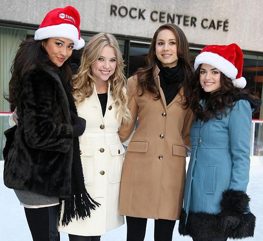 Herečka se proslavila úspěšným seriálem Prolhané krásky. Zleva: Shay Mitchell, Ashley Benson, Troian Bellisario a Lucy Hale.