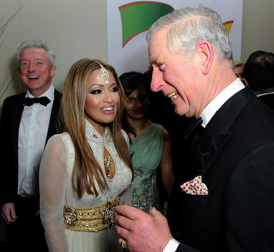 Vedle krásné reportérky princ i trochu zrůžověl.