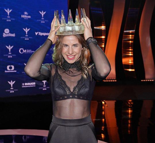 Ester Ledecká nevyhrála jen anketu Sportovec roku, ocenit by se dala i za odvahu svého modelu.