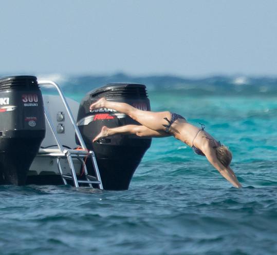 Takhle si Jennifer užívala na Bahamách.